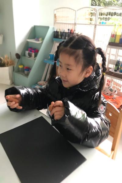 芷萱和妞儿妹计划要一起用超轻粘土制作汉堡和薯条.